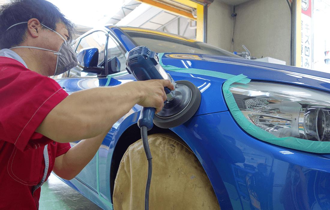 車体の磨き作業