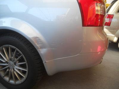 アウディ・A4 リヤフェンダー板金塗装 鋭角な凹み、大丈夫ですよ!