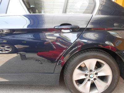 BMW、3シリーズ リヤドア、リヤフェンダー板金塗装 ディーラーの半額で修理可能!!