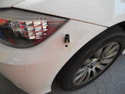 BMW 3シリーズ フロントバンパー、コーナーポールの穴埋め加工。