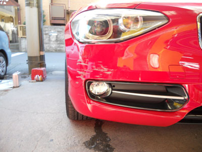 BMW 1シリーズ フロントバンパー脱着修理 より奇麗な修理方法をご提案。