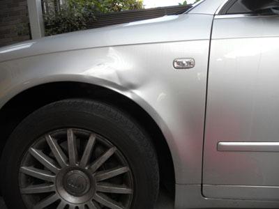 アウディ・A4 のフロントフェンダー修理をご紹介します。
