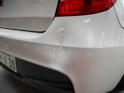 BMW 1シリーズ  リヤバンパー、凹み修理のご紹介です。