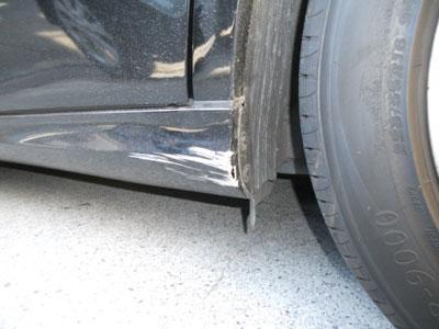 ベンツ・Eクラス サイドスポイラーの割れは、しっかり修理。