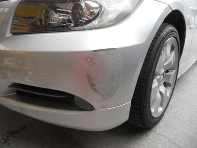 BMW 3シリーズ バンパー全体にわたるキズ凹み修理です