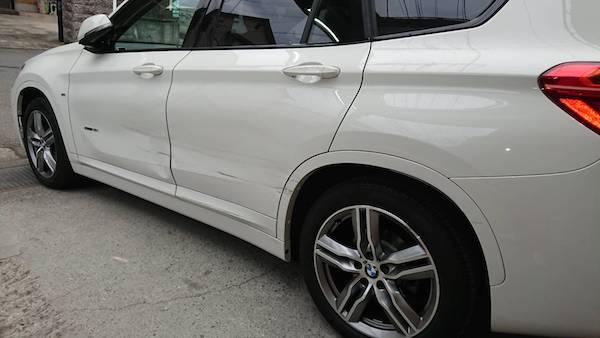 BMW X1、大きな凹みと傷!交換でなく修理でも綺麗に。