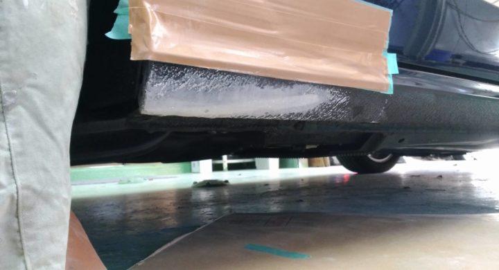 アウディA3/ロッカーパネルの凹み、アンダーコート塗装